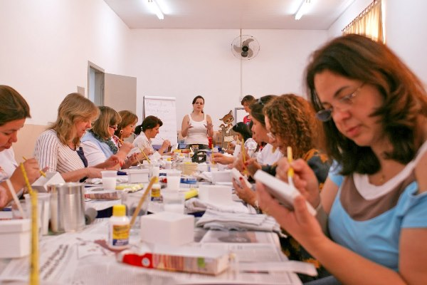 Há muitos cursos gratuitos de artesanato presenciais. (Foto: Divulgação)