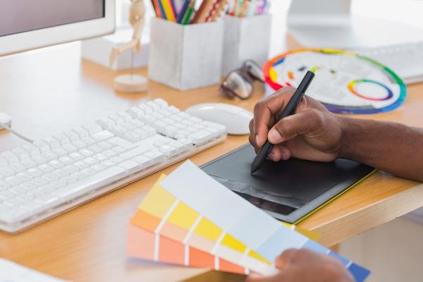 O curso de design gráfico prepara profissionais para trabalhar com comunicação visual. (Foto: Divulgação)