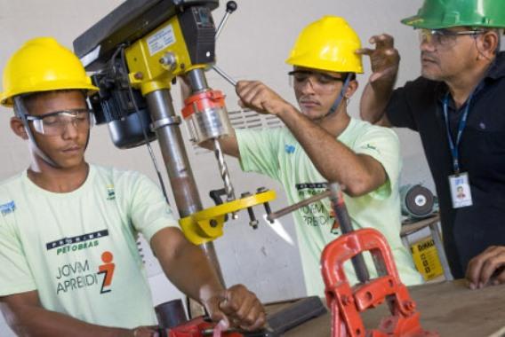 Os jovens trabalham e participam de cursos. (Foto: Divulgação)