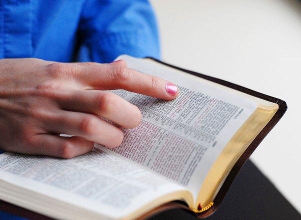 Os estudantes aprendem tudo sobre as escrituras sagradas. (Foto: Divulgação)